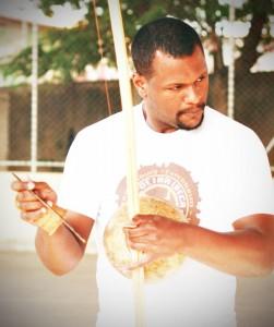 Professor Jamanta spielt Berimbau